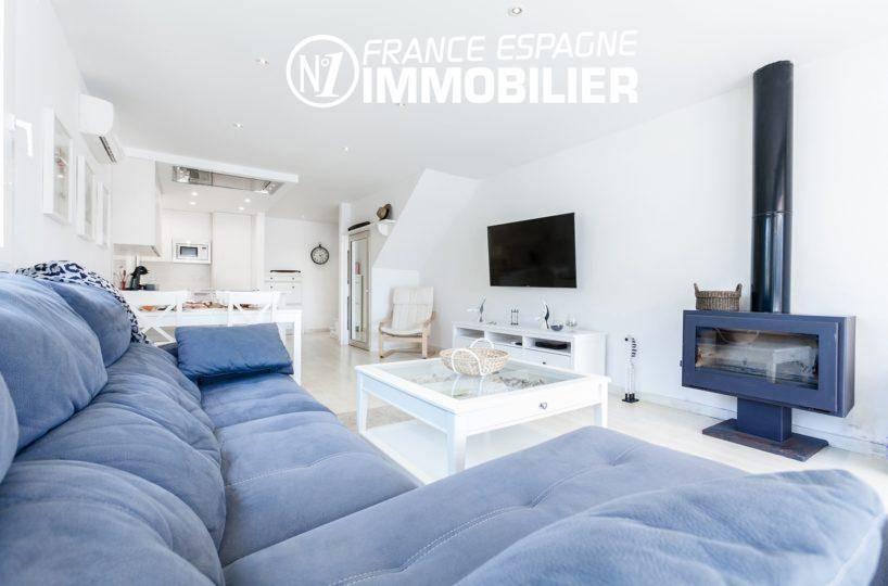 immobilier empuriabrava: villa ref.3305, aperçu du salon avec cheminée moderne