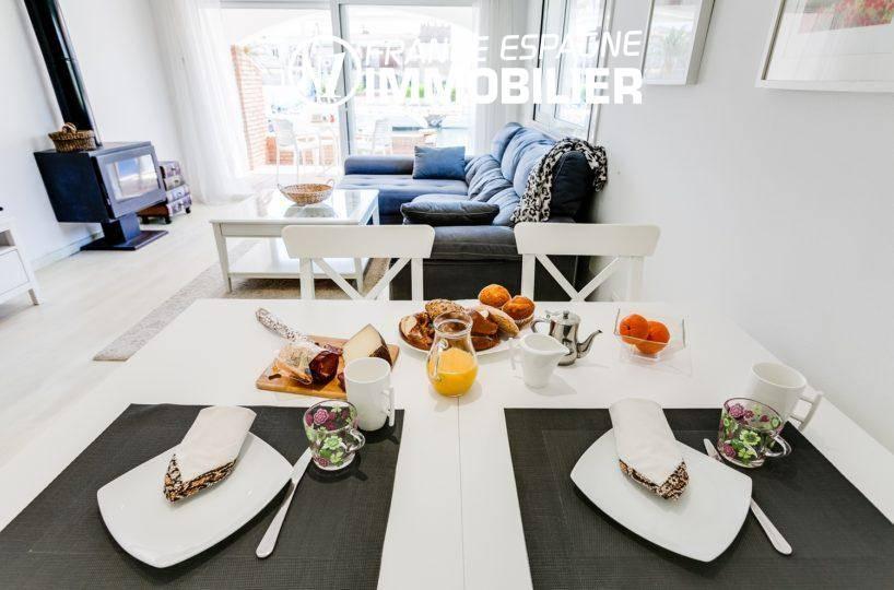 agence immobilière empuriabrava: villa ref.3305, aperçu salon et terrasse vue canal depuis la salle à manger