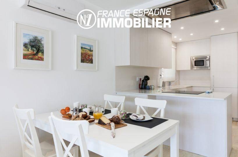 agence immobiliere empuriabrava: villa ref.3305, vue salle à manger et cuisine américaine au fond