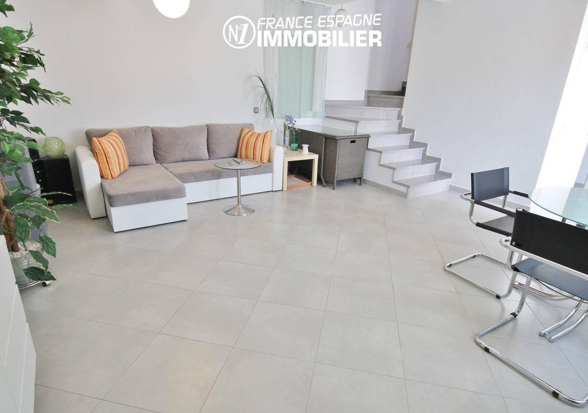 immobilier empuria brava: villa ref.911, 110 m² construit, coté salon / escalier vers chambres