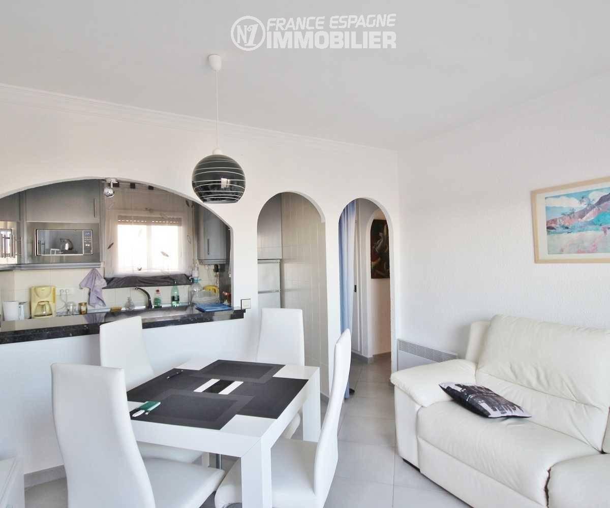 agence immobilière empuriabrava: appartement ref.3321, salon avec cuisine semi ouverte