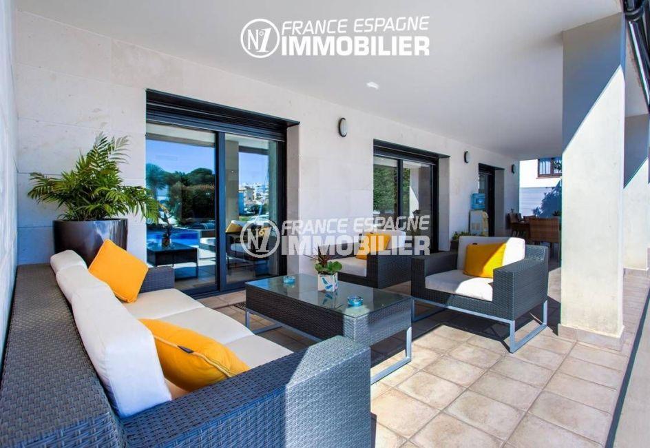 agence immo rosas: villa ref.3220, espace détente sur la terrasse couverte accès salon