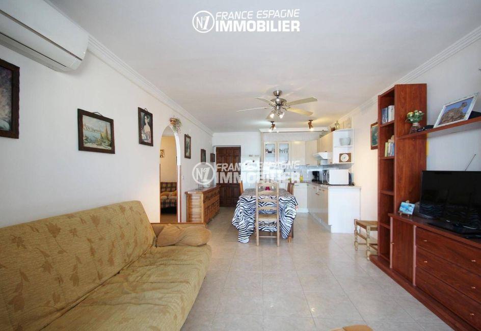 agence immobiliere empuriabrava: appartement 53 m², salon / séjour lumineux tout en longueur