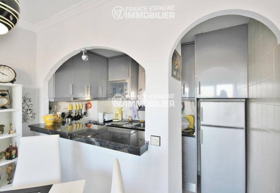 vente appartement empuriabrava, ref.3321, vue sur la cuisine semi ouverte