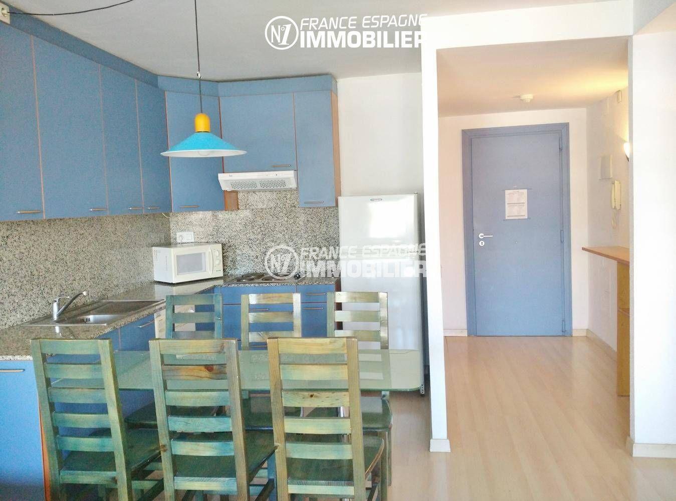 appartement a vendre rosas, ref.3301, aperçu séjour coté salle à manger et cuisine