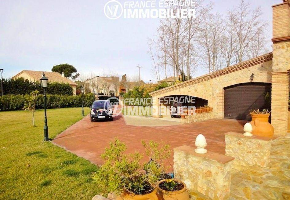 immo costa brava: villa ref.936, vue sur le garage porte électrique et le jardin