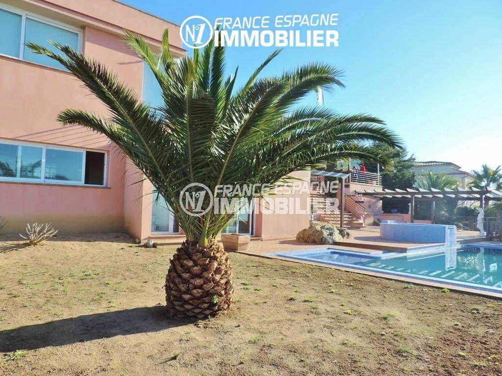 acheter maison costa brava, ref.2058, vue sur le jardin arboré avec piscine