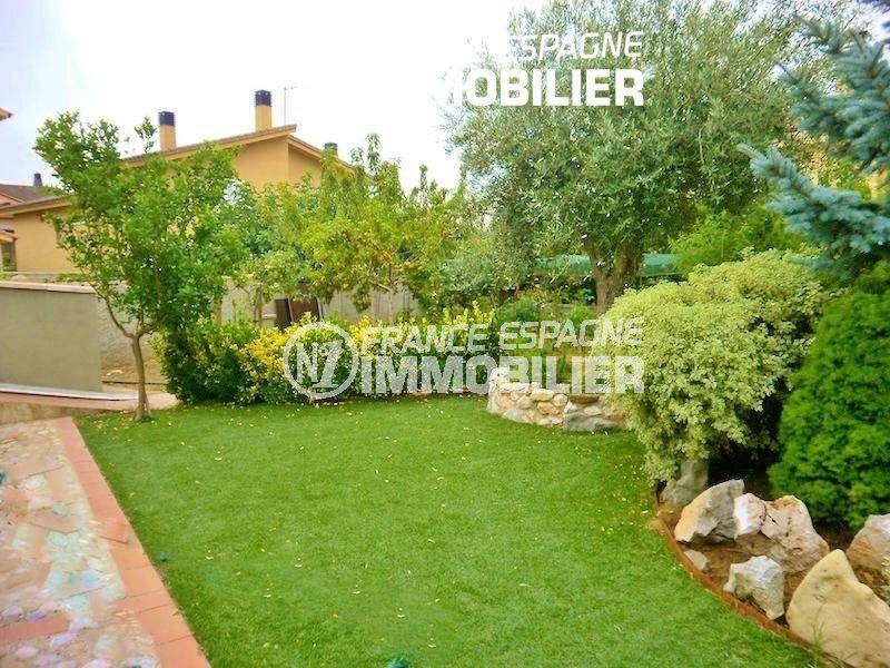 vente maison costa brava, ref.1042, vue sur le jardin entretenu et bien taillé