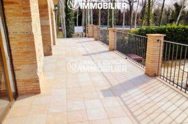 acheter maison costa brava, ref.936, vue sur la grande terrasse avec accès sur le salon