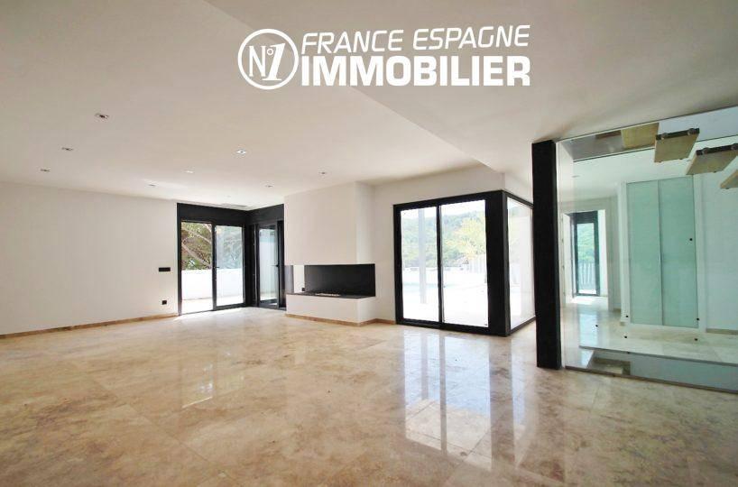 vente maison costa brava, ref.3268, salon / salle à manger avec cheminée accès terrasse