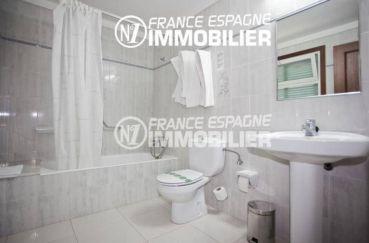 agence immobiliere costa brava espagne: commerce llanca, salle de bains avec lavabo et wc