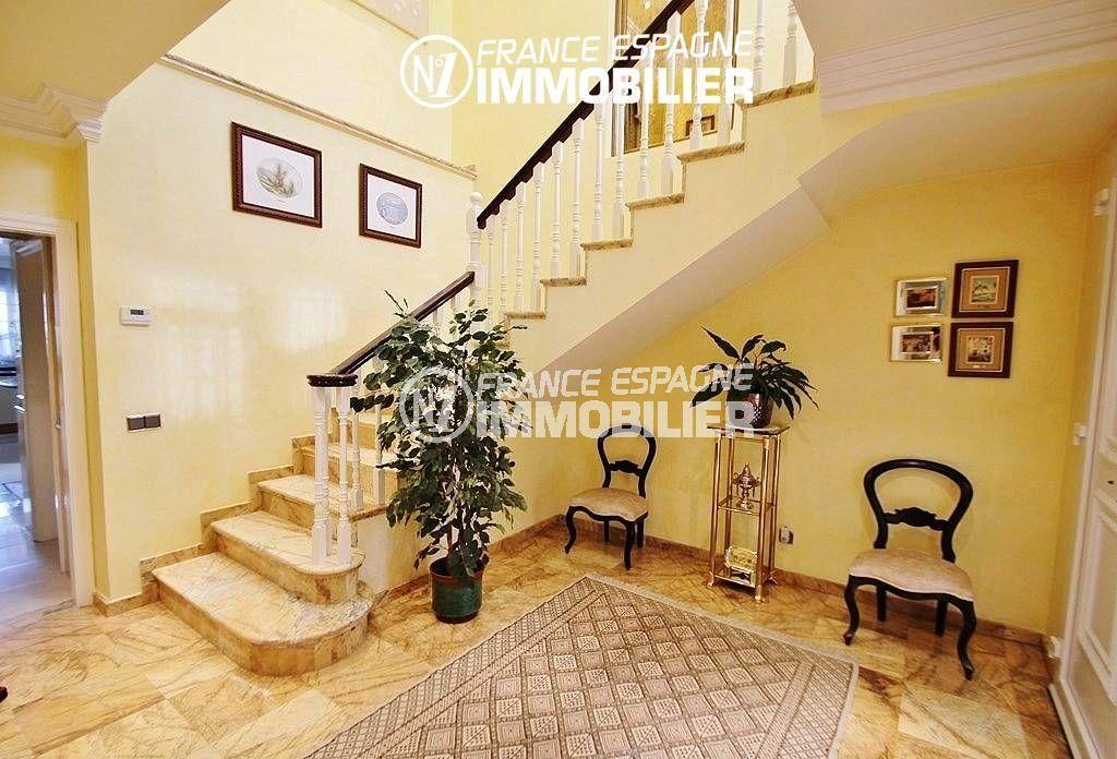 immo center rosas: villa ref.1636, aperçu de l'escalier du hall d'entrée donnant sur l'étage