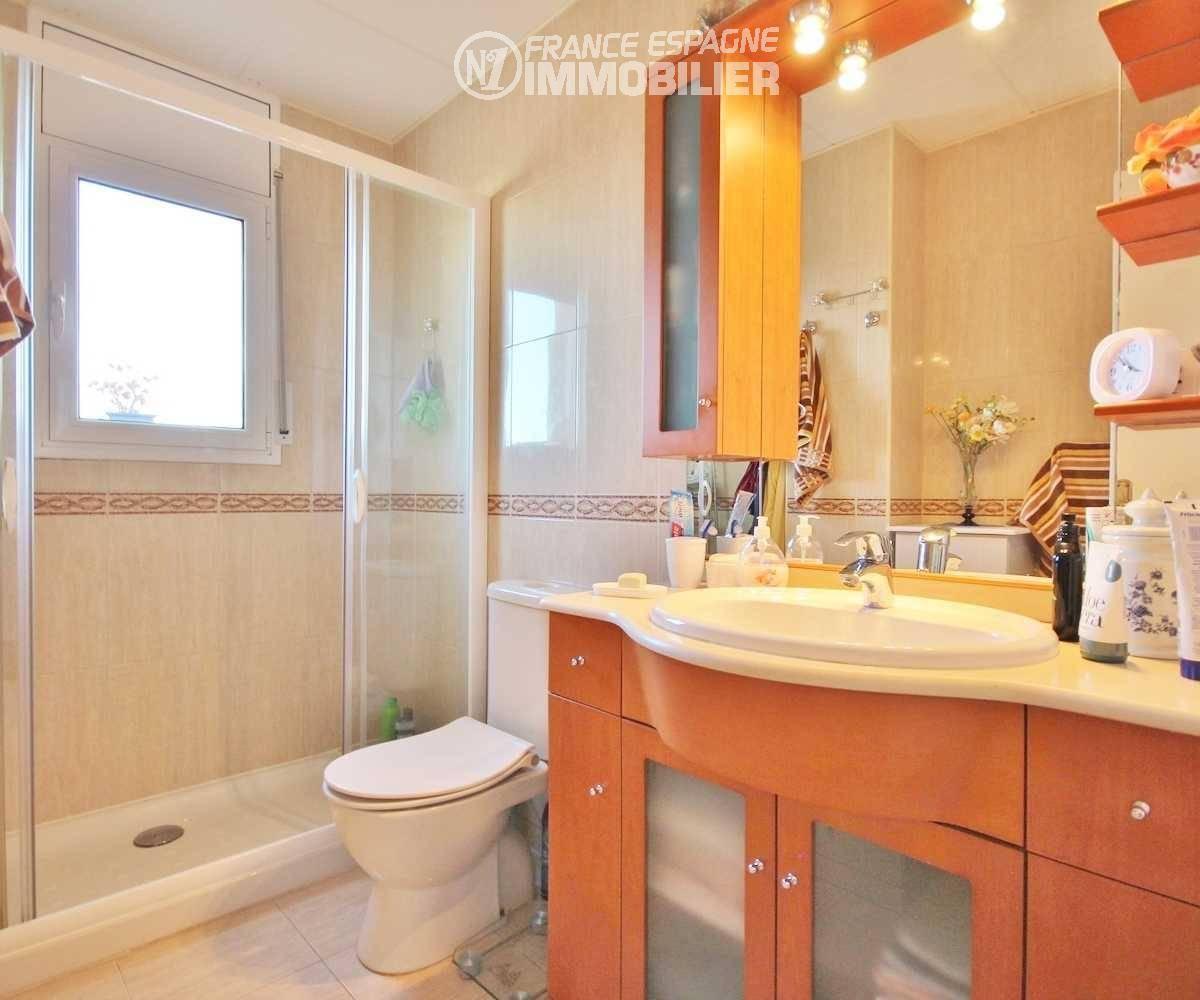 appartement a empuriabrava, ref.3321, salle d'eau: cabine de douche, meuble vasque et wc
