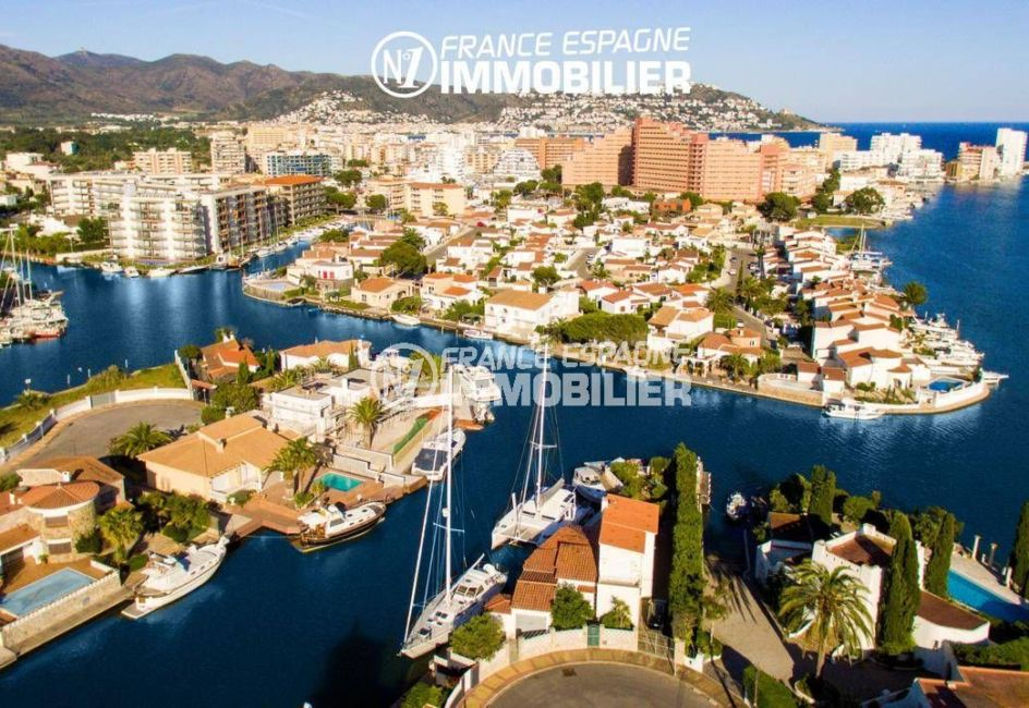 immobilier rosas espagne: villa ref.3220, aperçu des résidences donnant sur le canal