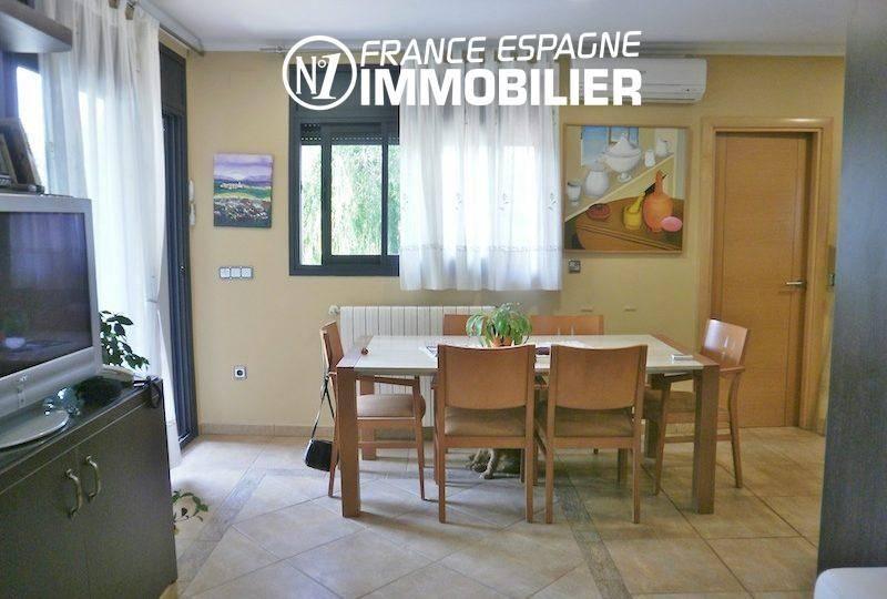 immobilier costa brava bord de mer: villa ref.1042, salle à manger avec accès au jardin