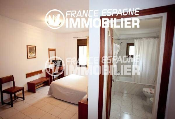 vente immobilier costa brava: commerce, vue sur l'ensemble de la chambre avec salle de bains