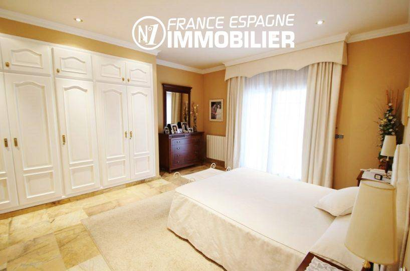immo center roses: villa ref.1636, chambre suite parentale, lit double et rangements