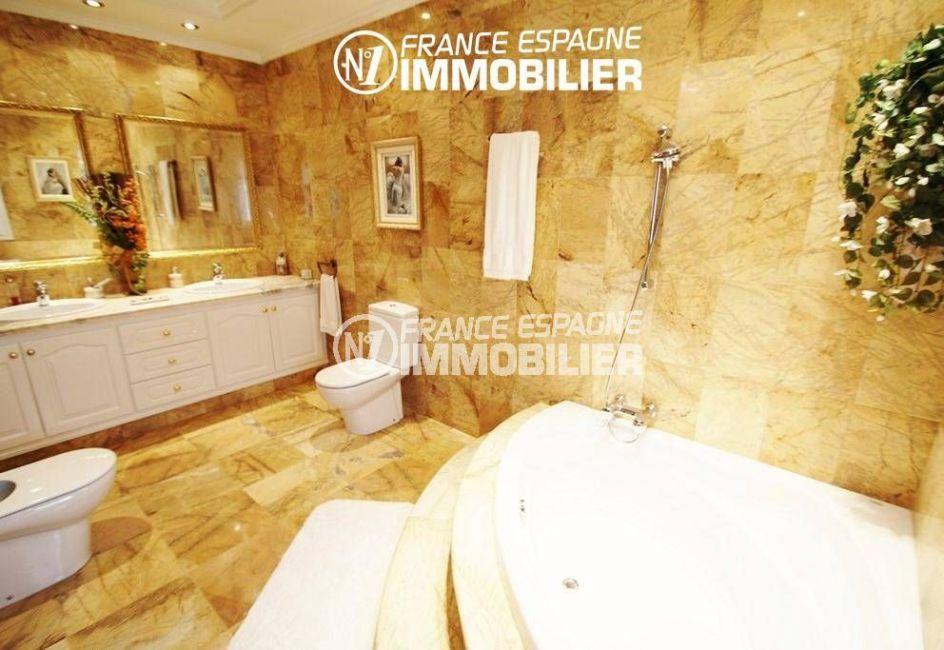 acheter maison costa brava, ref.1636, salle de bains avec baignoire d'angle, vasque double, rangements, wc