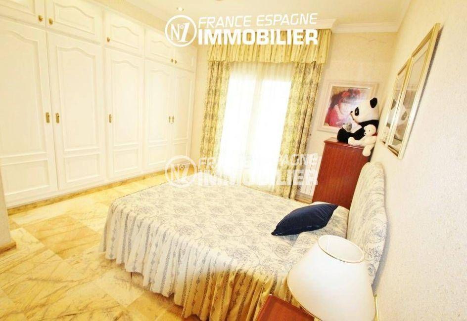 rosas immobilier vente: villa ref.1636, chambre 1, lit double avec rangements, porte fenêtre