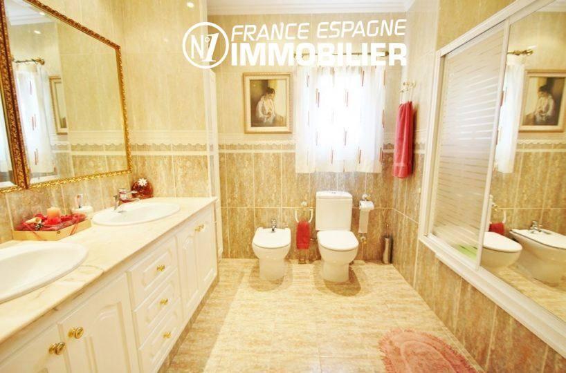 maison a vendre espagne bord de mer, ref.1636, première salle d'eau, wc,  double vasques et rangements