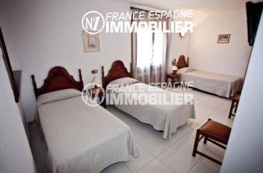 vente immobilière costa brava: commerce hôtel, chambre avec 3 lits simples
