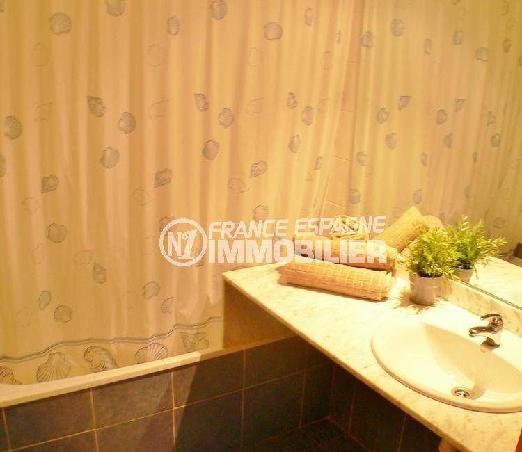 roses espagne: appartement ref.3301, aperçu de la salle de bains / toilettes