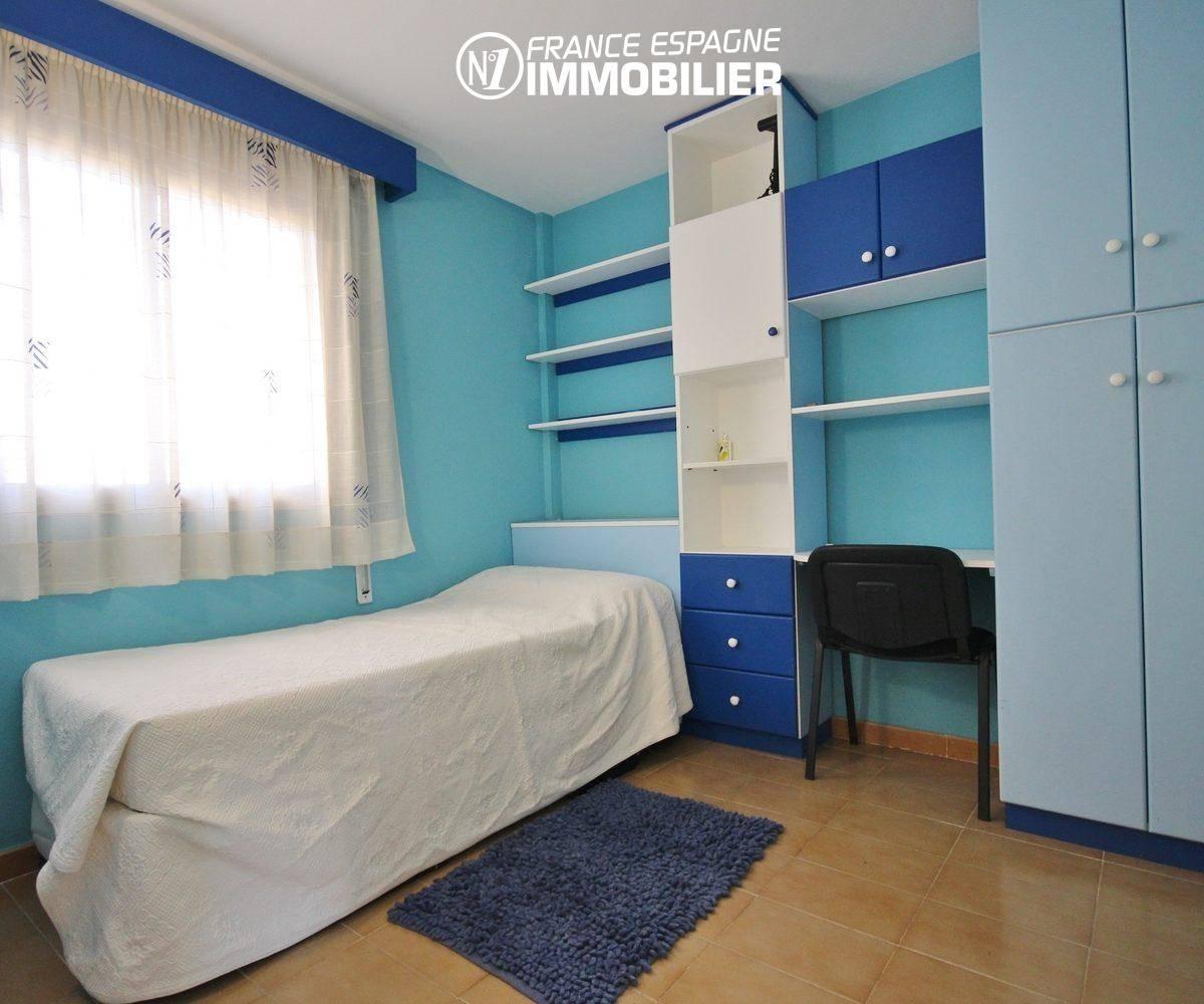 achat appartement rosas, ref.3308, deuxième chambre avec lit simple et des rangements