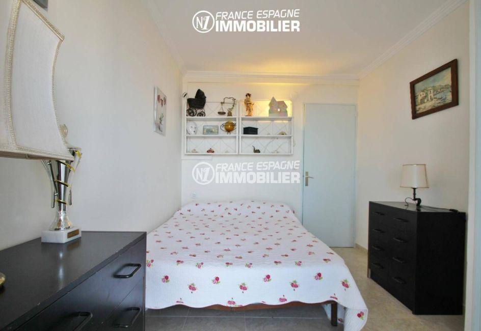appartement a vendre empuriabrava, vue mer, première chambre avec lit double et rangements
