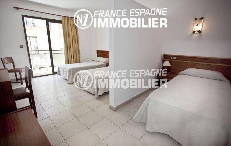 immobilier costa brava: commerce hôtel, chambre avec lit double, 2 lits simples accès terrasse
