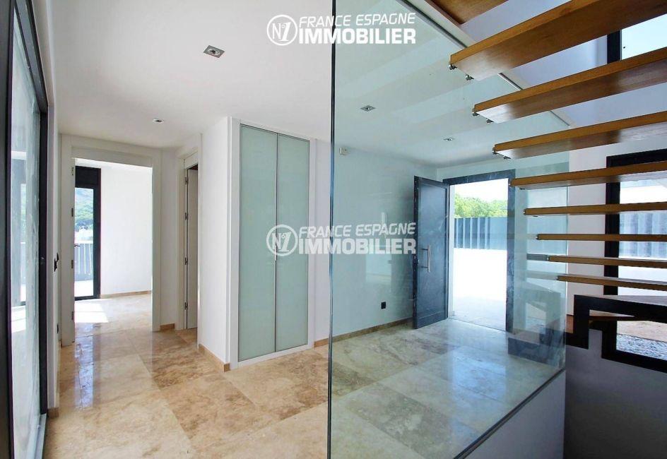 achat maison espagne costa brava, ref.3268, vue sur la porte d'entrée et le hall