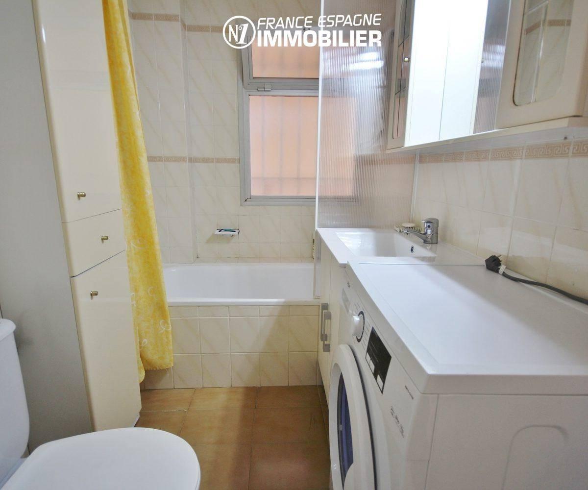 appartement costa brava, ref.3308, salle de bains avec meuble vasque, baignoire et wc
