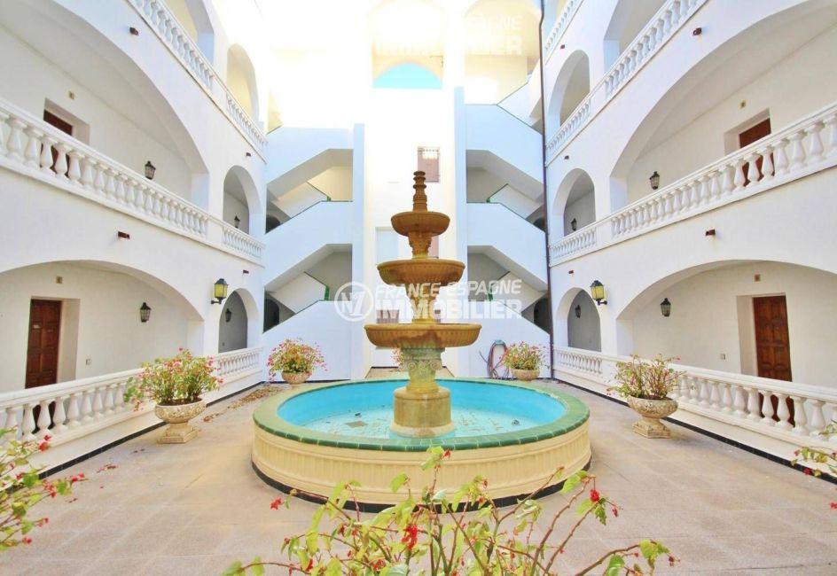 agence empuriabrava: appartement ref.3321, hall d'entrée de la résidence et accès escaliers