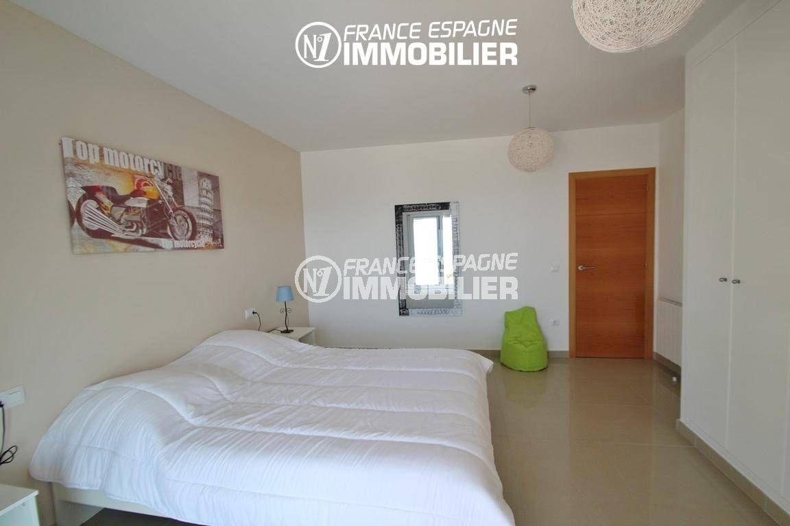 rosas immobilier: villa ref.2435, première chambre avec lit double et placards
