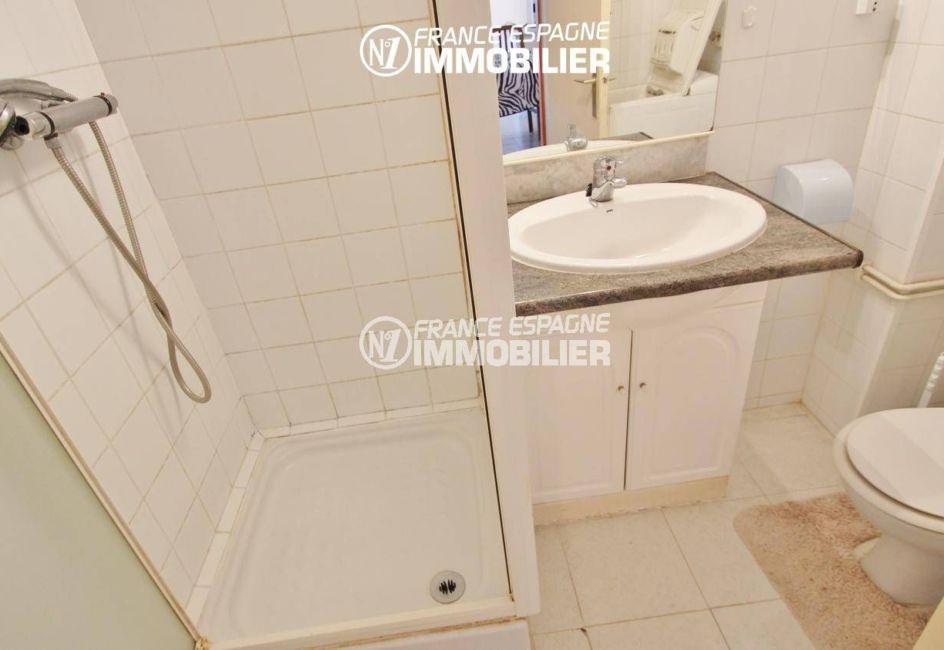 la costa brava: appartement 53 m², salle d'eau avec cabine de douche, vasque et wc