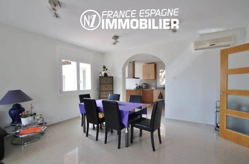 cuisine adjacente sur le salon / séjour | ref.3203