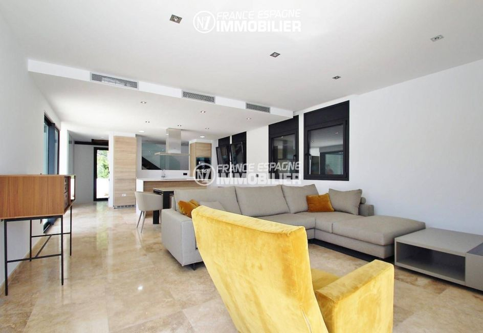 costabrava immo: villa ref.3269, vue sur l'ensemble, salon et cuisine ouverte