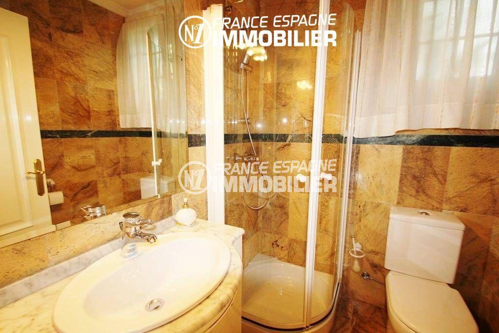rosas en espagne: villa ref.1636, seconde salle d'eau avec cabine de douche, vasque et wc