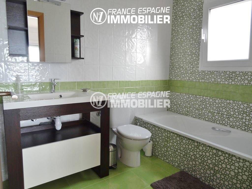 rosas immo: villa ref.2435, salle de bains de la suite parentale: baignoire, vasque, wc
