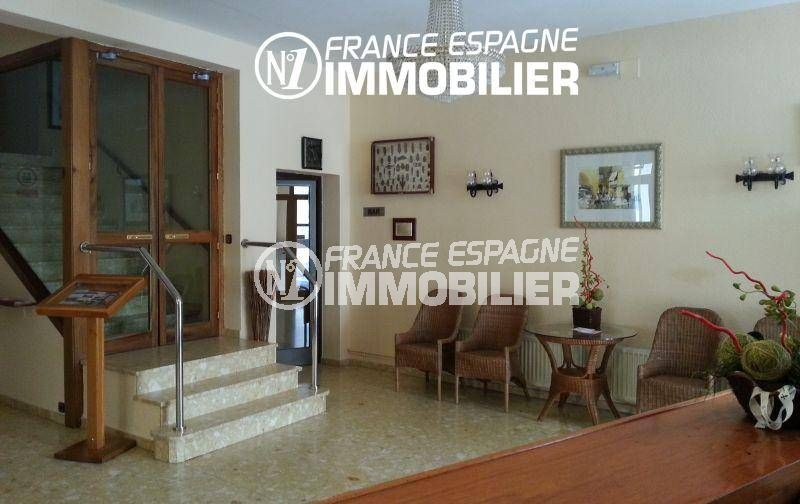 vente immobilière espagne costa brava: commerce proche plage, hall de réception de l'hôtel