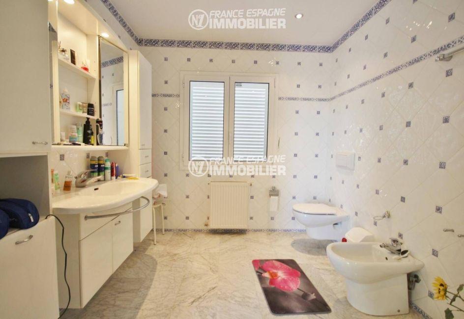 roses immobilier: villa ref.3326, seconde suite - salle d'eau & toilettes