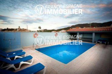 immobilier llanca espagne: commerce hôtel, vue sur la piscine et l'espace détente transats