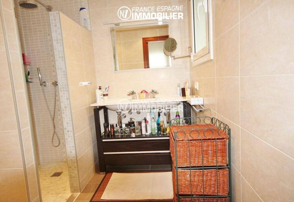 maison costa brava, ref.1031, première salle d'eau avec douche et meuble vasque