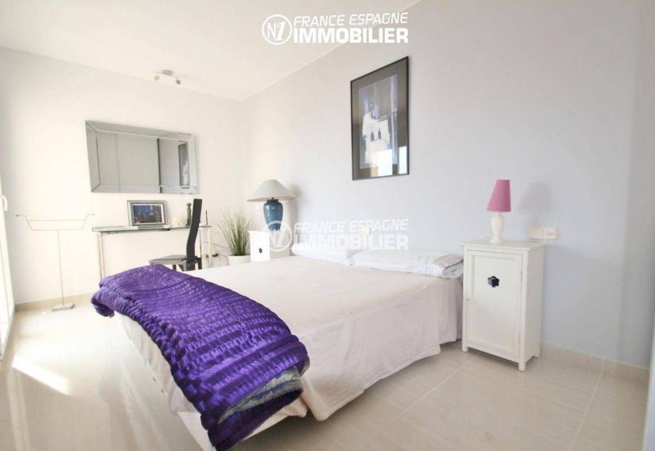 première chambre lumineuse avec lit double | ref.3203