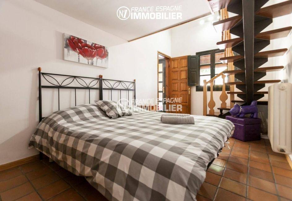 maison costa brava, ref.3306, première chambre avec un lit double accès escalier