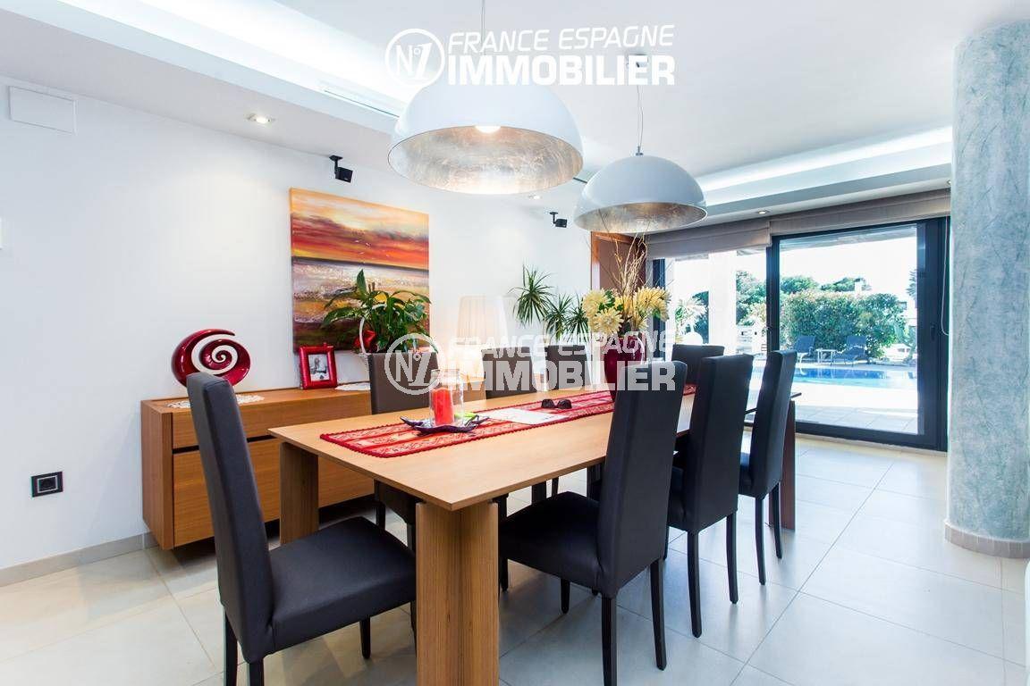 agence immobiliere roses: villa ref.3220, la salle à manger donnant accès sur la piscine