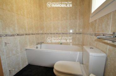 salle de bains avec une baignoire et wc   ref.3203