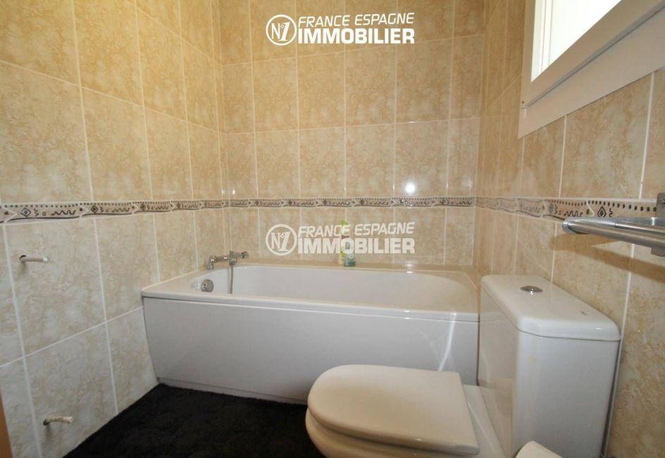 salle de bains avec une baignoire et wc | ref.3203
