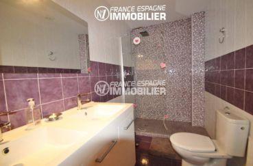 roses immobilier: villa ref.2435, salle d'eau: double vasque, douche et toilettes