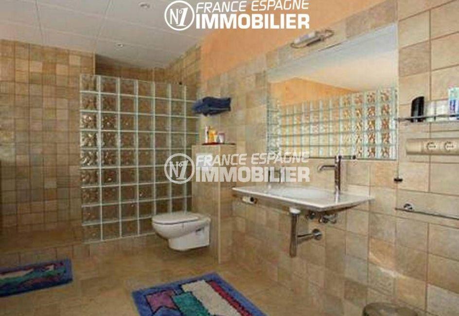 costa brava immobilier: villa ref.2058, salle d'eau avec douche, un lavabo et wc