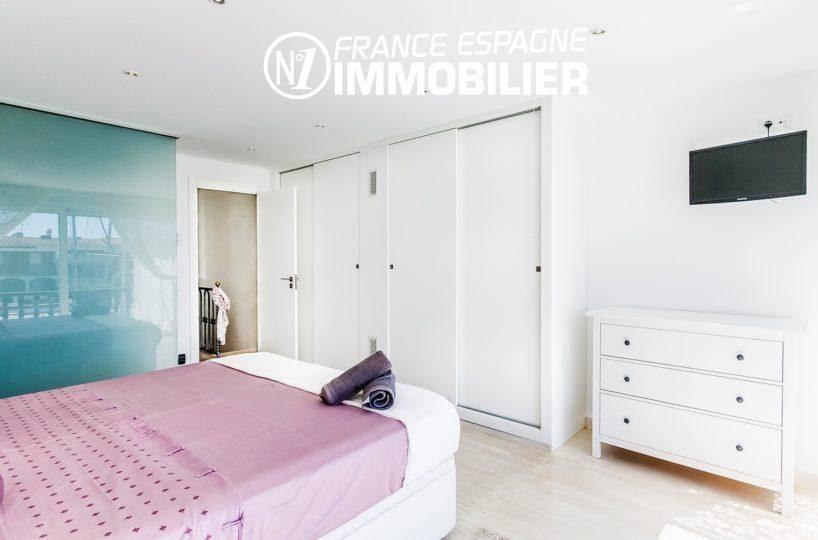 agence immobiliere costa brava: villa ref.3305, aperçu placards et salle d'eau de la suite parentale